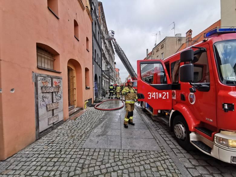 Pożar w mieszkaniu na drugim piętrze budynku przy ul. Browarnej 7 w Toruniu. Jedna osoba zginęła na miejscu, ewakuowano mieszkańców. Polecamy: To one