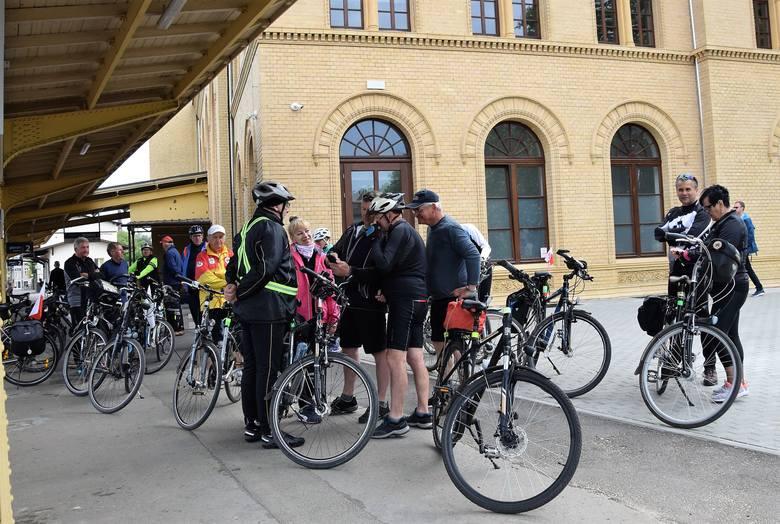Cykliści zrzeszeni w Komisji Turystyki Rowerowej przy Nadgoplańskim Oddziale PTTK z okazji 100-lecia odzyskania przez Polskę niepodległości przemierzają