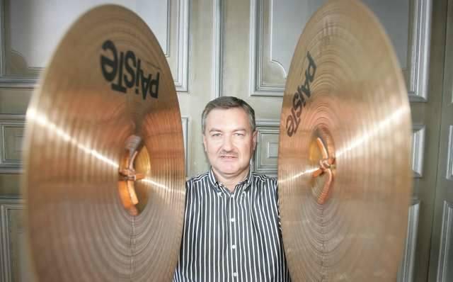 Szef toruńskich symfoników Paweł Dudzik gra na instrumentach perkusyjnych. Dyrektorem toruńskiej orkiestry jest od 2007 roku