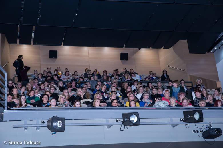 """Ali-Babki obejrzały w kinie Stargardzkiego Centrum Kultury polską komedię """"Pech to nie grzech"""". Dostały też prezenty od sponsorów cyklu"""