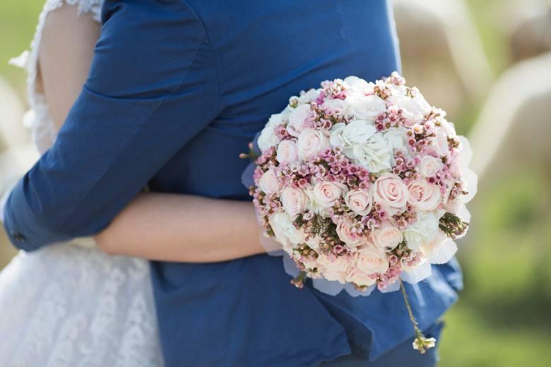 Ile kosztuje wesele, a ile sam ślub cywilny czy kościelny? Takie pytanie zadaje sobie chyba każdy, kto stoi przed organizacją własnego ślubu i wesela.