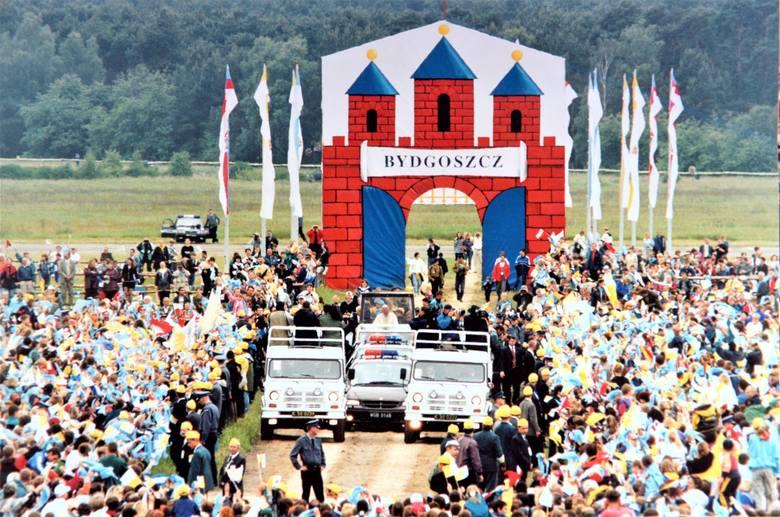 Papamobile z Janem Pawłem II uroczyście wjeżdża na tę część bydgoskiego lotniska, gdzie zgromadzili się wierni