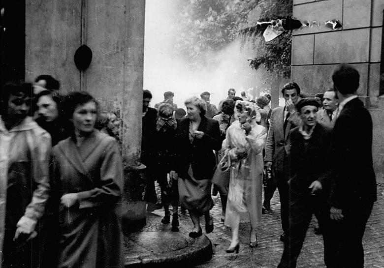 Ludzie uciekają z pl. Powstańców Wielkopolskich, gdzie stał Dom Katolicki. Starcia trwały cały dzień. Milicja używała pałek i gazu, demonstranci - kamieni. Po obu stronach byli ranni.