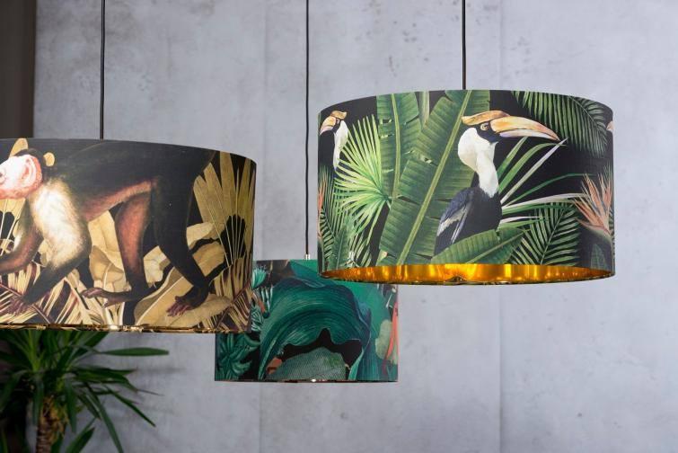 Aranżacje inspirowane ogrodami botanicznymi są obecnie bardzo popularnym trendem. Lampa z motywem roślinnym to piękna, kolorowa dekoracja, która ożywi