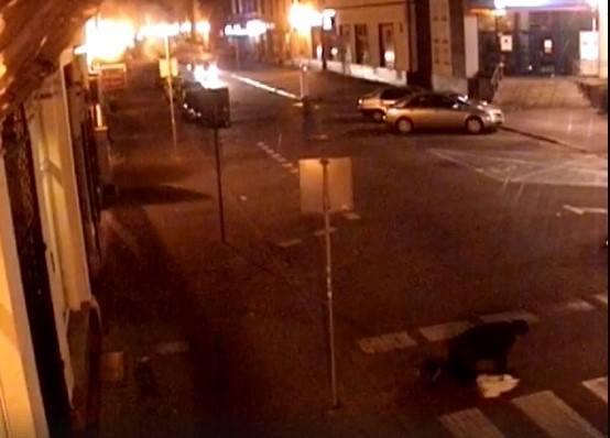 Operator miejskiego monitoringu wypatrzył mężczyznę, który na czworakach pokonywał przejście dla pieszych przy ulicy Królowej Jadwigi w Inowrocławiu.-