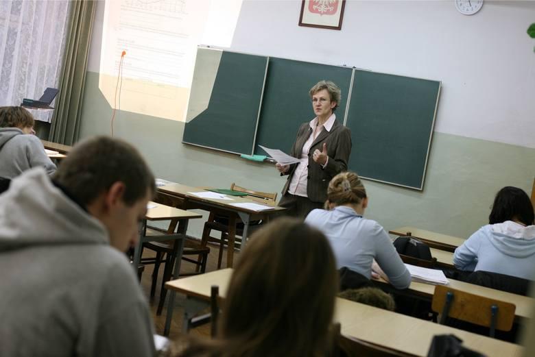 Od stycznia o 150 zł mają wzrosnąć pensje najniżej zarabiających nauczycieli - przewiduje projekt MEN. To wyrównanie do przyszłorocznej najniższej krajowej.