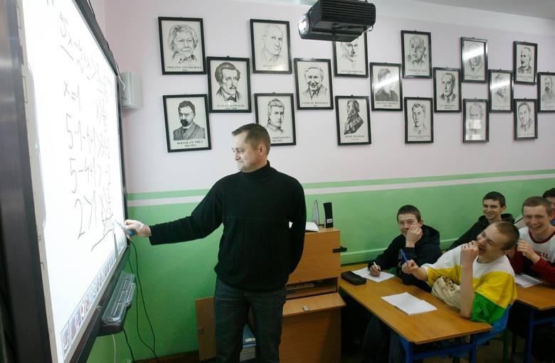 - Po korekcie wynagrodzeń będzie tym bardziej widać, że w zawodzie nauczyciela wykształcenie nie przekłada się na znacząco wyższe zarobki - mówi Mirosława