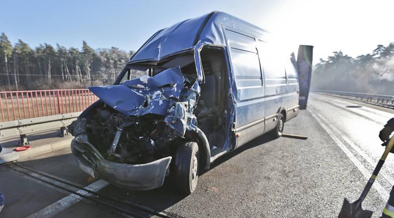 Do wypadku doszło w poniedziałek (5 grudnia) na drodze Kalsk - Rosin. W tył ciężarówki uderzył rozpędzony bus. Ze zmiażdżonej kabiny busa ciężko rannego
