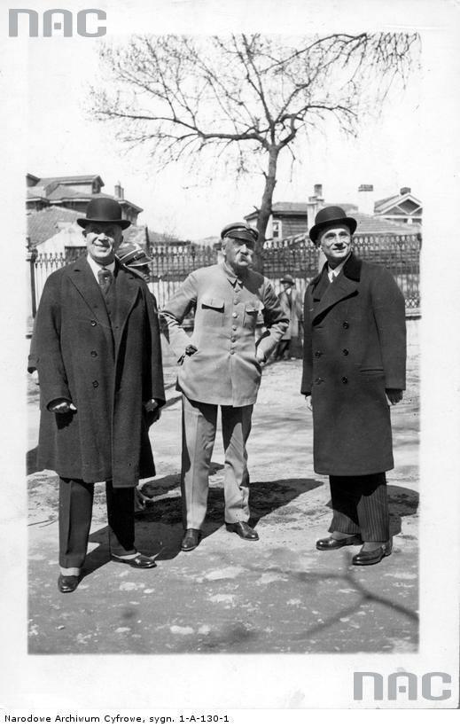 Józef Piłsudski zwiedza Stambuł w towarzystwie ambasadora Polski w Turcji Kazimierza Olszowskiego (z prawej) i konsula generalnego RP w Stambule Waleriana Łopatto (z lewej).
