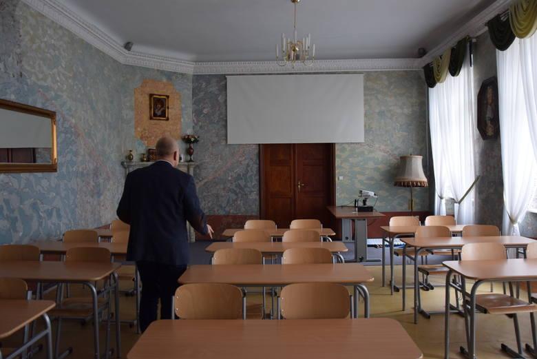 Uczniowie Szkoły Podstawowej nr 2 lekcje mają w prawdziwym pałacu, wśród kominków, stiuków i innych skarbów