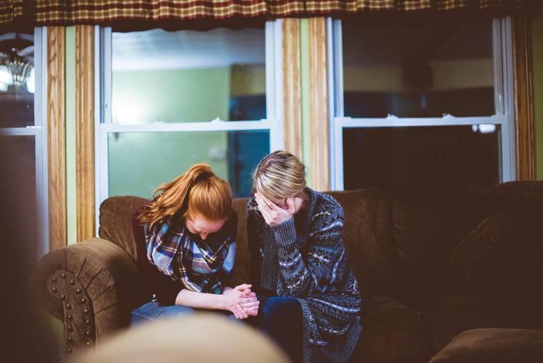 Jeśli ktoś z twojego otoczenia niedawno stracił kogoś bliskiego, przede wszystkim zapewnij mu swoją obecność. Przebywając z żałobnikiem, nie mów zbyt