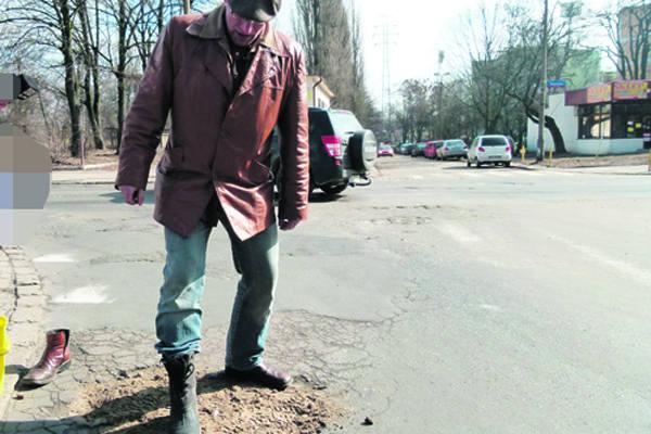 - Łódzkie drogi łata się wysypując dowolny wypełniacz i udeptuje - mówi Wojciech Bednarek, jeden z organizatorów.