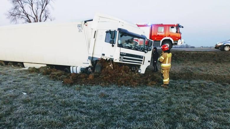 Gniazdowo. Wypadek na drodze wojewódzkiej nr 677. Ciężarówka wpadła do rowu. Ranny kierowca [ZDJĘCIA]