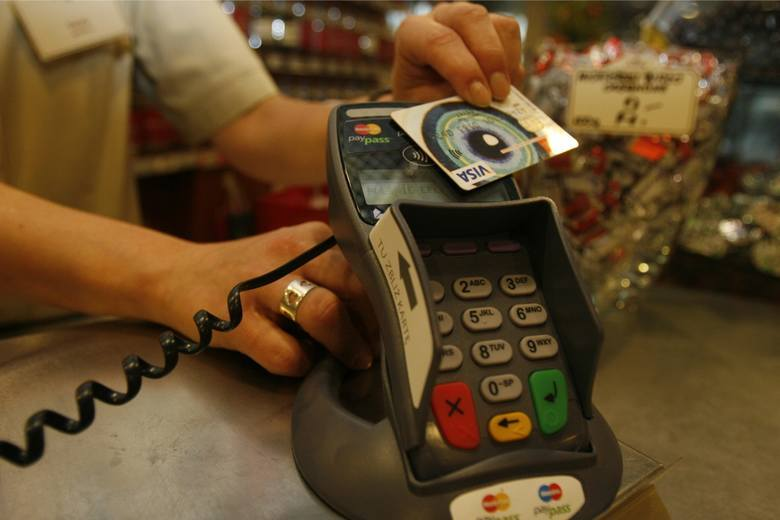 37-latek z Sandomierza przywłaszczył kartę platniczą i robił liczne zakupy. Wpadł przwz nagranie monitoringu