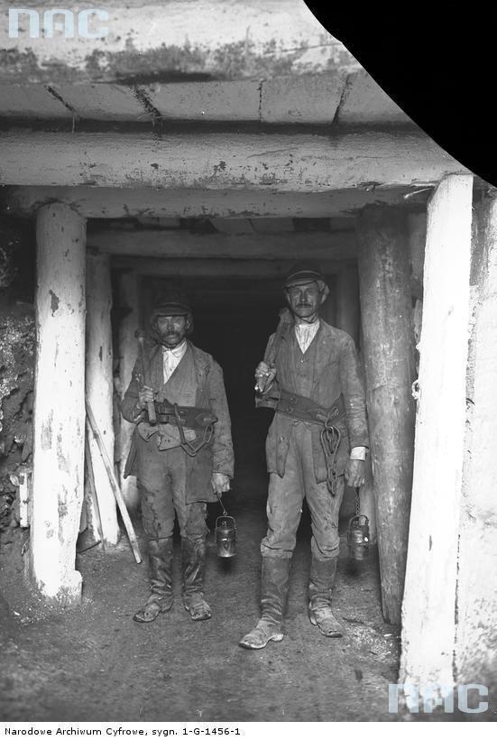 Górnicy podczas obchodu jednej ze sztolni w kopalni soli kamiennej w Bochni