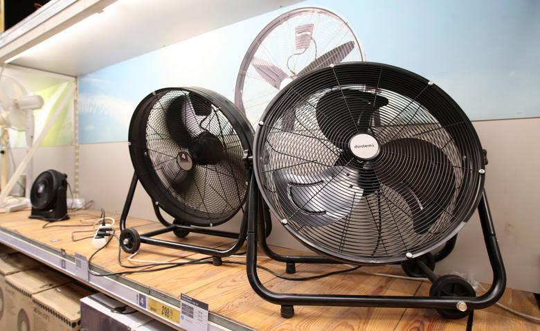Ulżyć pomagają wiatraki i klimatyzatory, ale jeśli ktoś dziś chciałby takie urządzenie kupić, to musi być przygotowany na poszukiwania.
