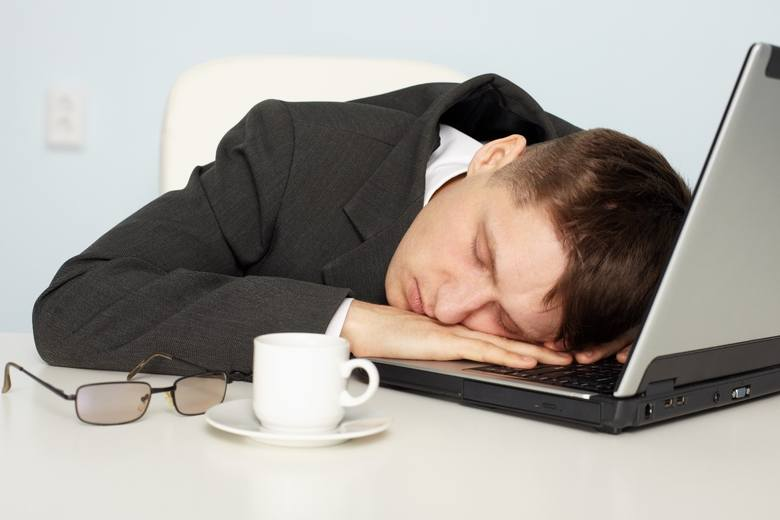 Jeśli masz mniej niż 40 lat, to krótka drzemka w ciągu dnia lepiej pobudzi cię do działania niż kolejny kubek kawy. Jak to możliwe?
