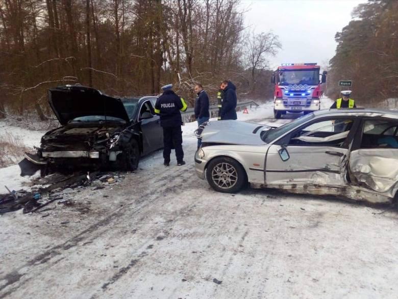 W czwartek w południe na drodze z Brześcia do Kryńska doszło do wypadku. Zderzyły się ze sobą dwa samochody. Są osoby poszkodowane. Flesz - wypadki drogowe.