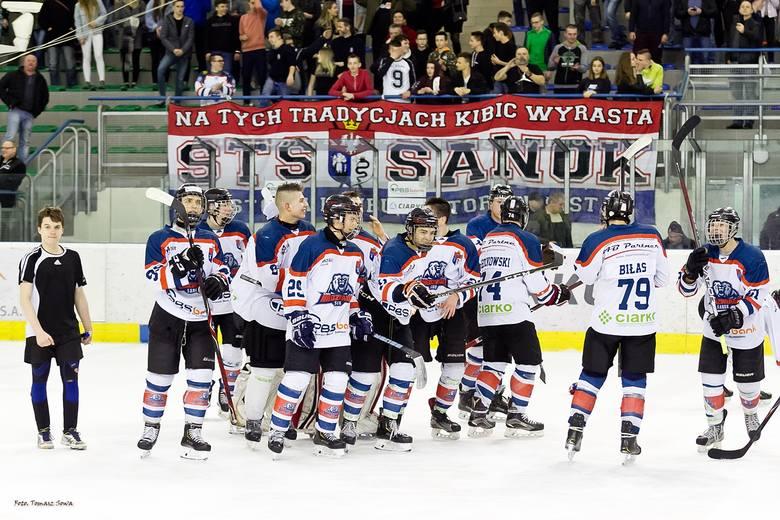 W półfinale turnieju Centralnej Ligi Juniorów w Sanoku miejscowe Niedźwiadki pokonały 6:4 faworyzowany zespół JKH GKS Jastrzębie i awansowały do finału