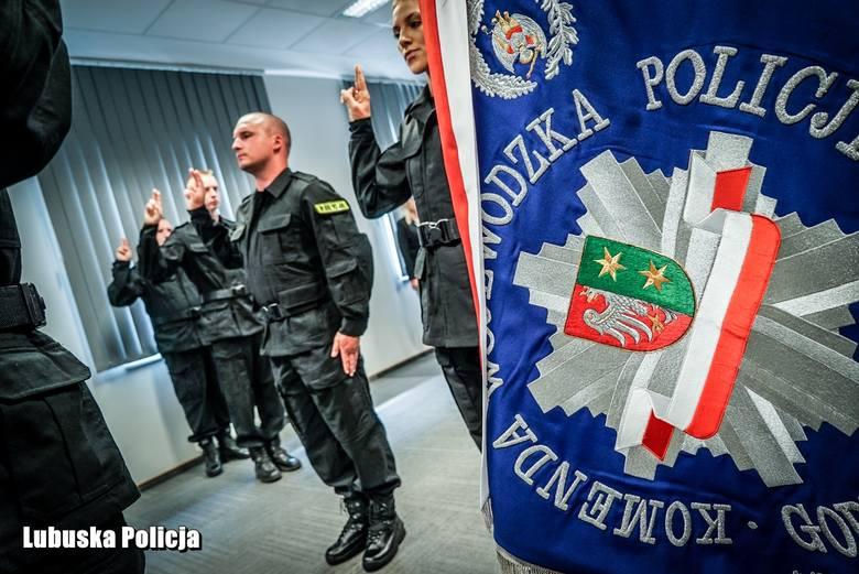 W lubuskiej komendzie słowa roty ślubowania wypowiedzieli nowo przyjęci policjanci. To ważny dzień dla osób, które zdecydowały się założyć mundur. W