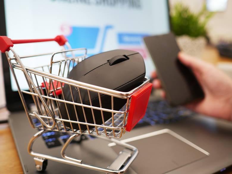 Rośnie zapotrzebowanie na zakupy przez internet. Branża e-commerce potrzebuje mnóstwo rąk do pracy - zarówno ludzi zaangażowanych bezpośrednio w obsługę