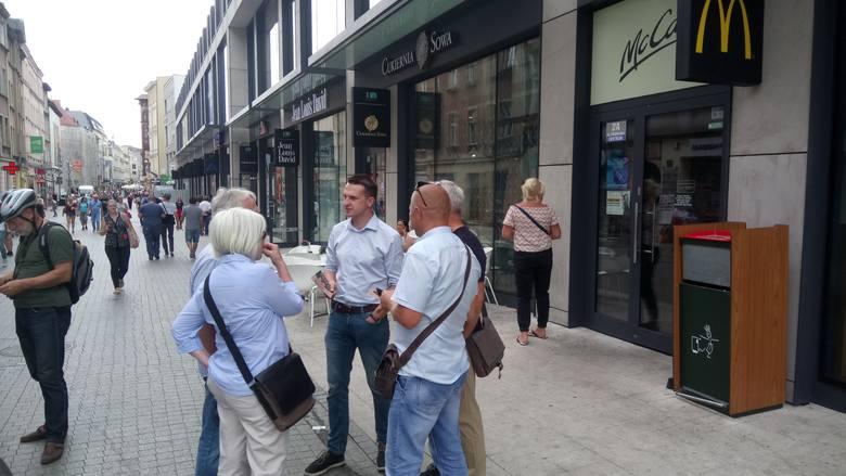 W poniedziałek 22 lipca po godzinie 14 na ulicy Półwiejskiej w Poznaniu poseł Adam Szłapka rozpoczął rozmowy z mieszkańcami Poznania. Spotkania odbywały się w ramach mobilnego biura poselskiego, które poseł Nowoczesnej otworzył w stolicy Wielkopolski.