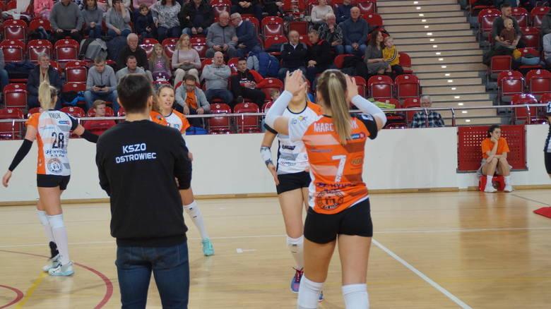 Pierwszoligowe siatkarki KSZO Ostrowiec Świętokrzyski wygrały w piątek wyjazdowe spotkanie z drużyną Karpaty MOSiR AZS PWSZ Krosno Glass 3-0 (27-25,
