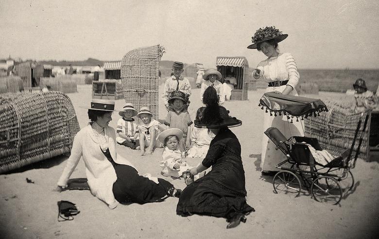 Kosze plażowe chroniły przed słońcem i wiatrem i pozwalały zachować intymność. Sopot, 1913 rok<br />