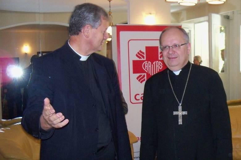 Na jubileusz do Głuchołaz przyjechał bp Andrzej Czaja, na zdjęciu z ks. Arnoldem Drechslerem, dyrektorem opolskiego Caritasu.