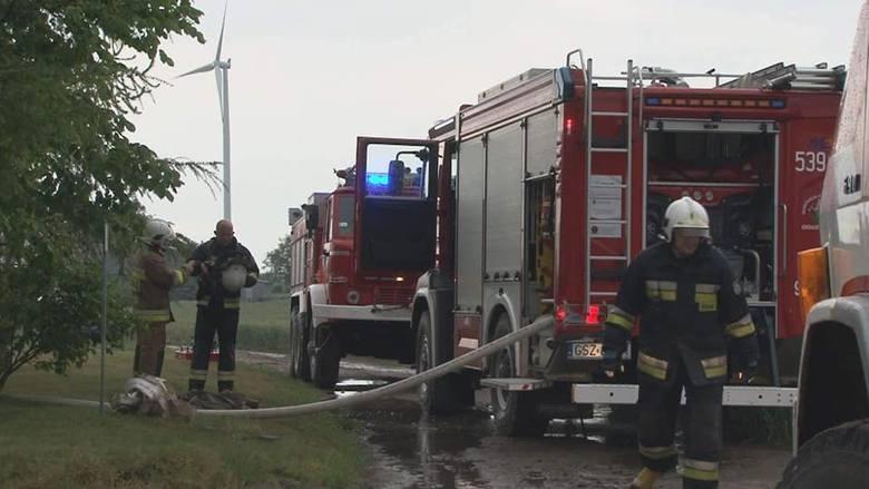 Piorun uderzył w stodołę! Pożar w Mikołajkach Pomorskich. Od płomieni zawalił się strop [zdjęcia]