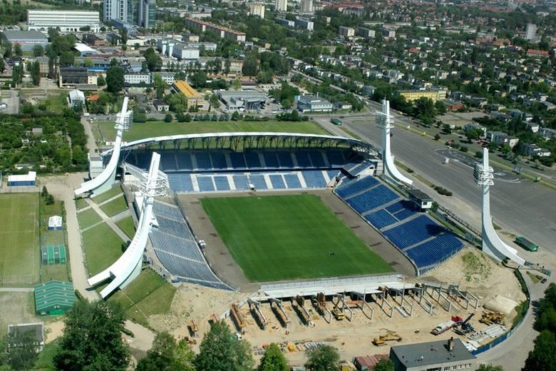 Prace budowlane na stadionie w Poznaniu rozpoczęły się w 1968 roku. Co ciekawe składał się on z trzech trybun (w charakterystycznym kształcie podkowy).