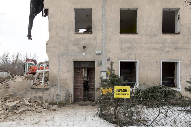 Rozbiórka domu jest traktowana jako rodzaj robót budowlanych. Powstają zatem konsekwencje związane m.in. z wymaganiami uzyskania zgody na rozbiórkę.