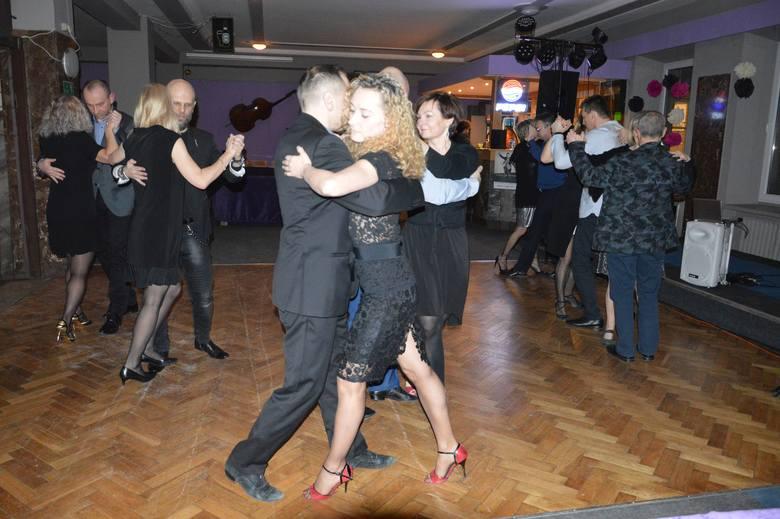 d8f81bf66581 W Ostrowcu tańczą tango argentyńskie - klimat jak w starym kinie ...
