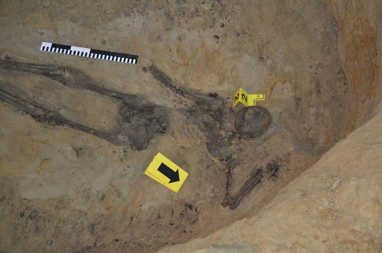 Areszt Śledczy. Podczas ekshumacji odnaleziono monety oraz medaliki (zdjęcia, wideo)