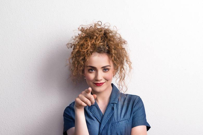 Masz lub chcesz mieć kręcone włosy? Te zdjęcia zainspirują cię do odświeżenia fryzury!