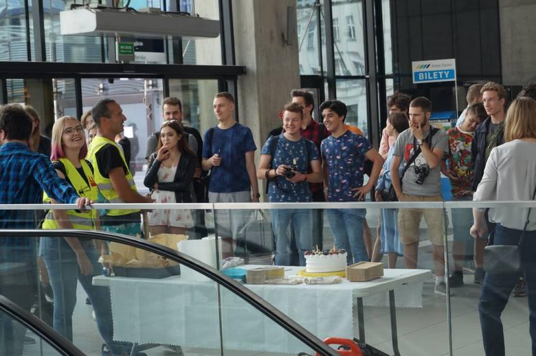 Drugie urodziny nieruchomych ruchomych schodów w Katowicach. Był tort, ciasto i sto lat ZDJĘCIA