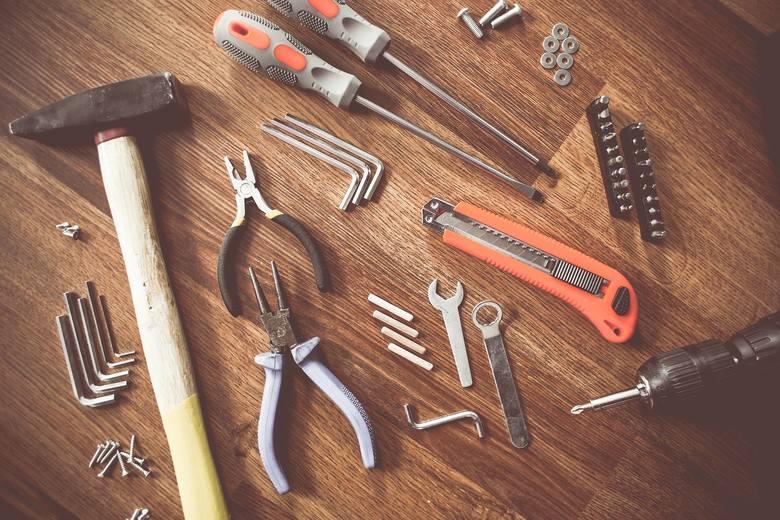Skrzynka z narzędziamiDusza majsterkowicza, choć w najmniejszym stopniu, tkwi w każdym dziadku. Dziadek majsterkowicz z entuzjazmem wybuduje sam huśtawkę