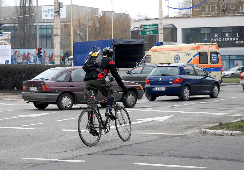 Rowerzyści zwracają uwagę, że samochody nie zawsze zachowują bezpieczny odstęp od jednośladów.