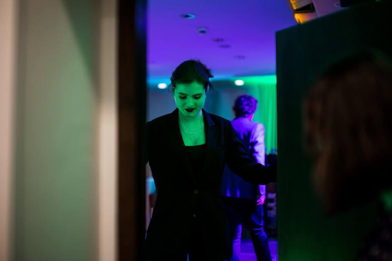 """W sobotni wieczór w Restauracji 3V6 City Hotelu odbyły się występy półfinalistów 9. Festiwalu """"Serca bicie"""". Wśród 18 wykonawców jest 8 szczęśliwców,"""