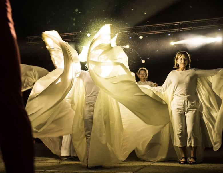 Na plenerowej scenie zaprezentowało się ponad 70 młodych aktorów z całego kraju. Wystąpili artyści między innymi z Pomorza, Torunia, Bydgoszczy, Wronek,