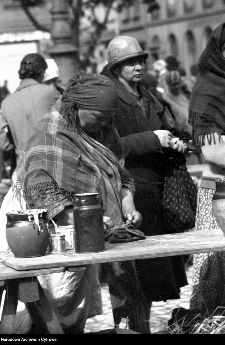 Handel uliczny w KrakowieNa zdjęciu: kobieta handlująca własnymi wyrobami1931 rok.
