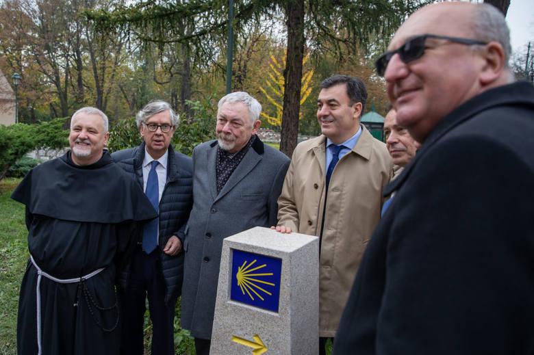 Obelisk z żółtą strzałką i muszlą. W Krakowie stanął słup jak te przy drodze do Santiago de Compostela