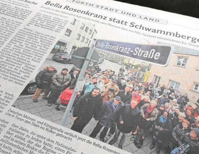 Adold Schwammberger (w okularach) prezentuje plany przebudowy Torunia Albertowi Forsterowi. Dla mieszkańców  Fürth ocalałe w Toruniu zdjęcia były sz