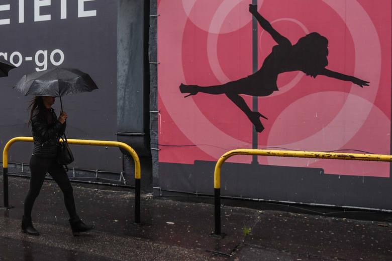 """""""Selekcjonerki"""" z parasolkami od kilku lat można spotkać na płycie Starego Rynku"""