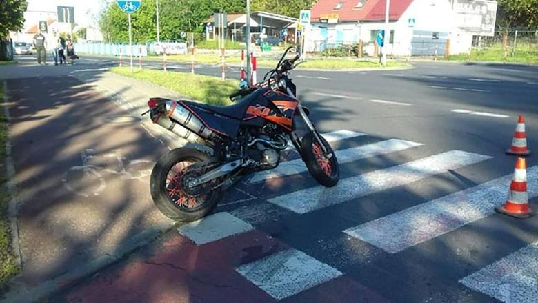 Do zdarzenia doszło w sobotę, 18 maja, na ul. Łużyckiej. Kierujący motocyklem nie zatrzymał się do kontroli. Uciekał policji chodnikami, aż rozbił się.