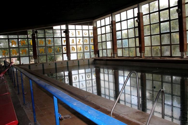 Trwa wielka przebudowa basenu przy ul. Bażyńskich w Toruniu. Niemal cały budynek, poza niecką basenu głównego, został rozebrany. Na pożegnanie otwartego