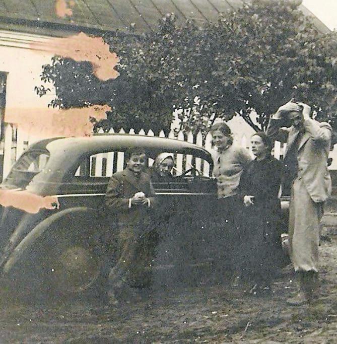 Ojciec autora wspomnień, Ferdynand Roth (trzeci z lewej, w pierwszym rzędzie) wraz z pracownikami Urzędu Miejskiego w Toruniu
