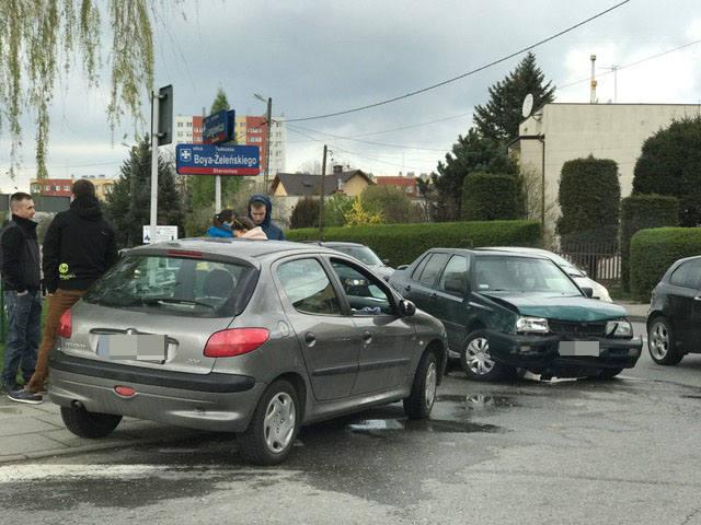Na skrzyżowaniu ul. Langiewicza i Boya-Żeleńskiego w Rzeszowie zderzyły się 2 samochody: volkswagen vento i peugeot 206. - Do kolizji doszło po godz.