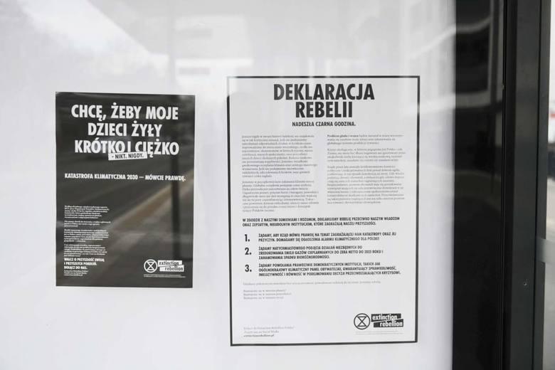 """Kładli się na Cytadeli na wznak, by pokazać, że kolejne gatunki zwierząt wymierają, organizowali kondukt żałobny przez Poznań, w trakcie, którego odczytywali apel do prezydenta miasta, wywieszają banery, plakaty, nekrologi na przystankach autobusowych, które wręcz krzyczą """"Twoja planeta umiera""""...."""