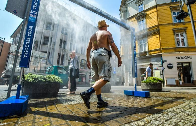 35 stopni Celsjusza, nawet tyle pokazywały dziś termometry w Bydgoszczy. To nie koniec wysokich temperatur. Każdy szuka odrobiny chłodu. Kurtyna wodna